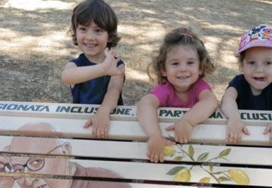 Il Parco del Pinaro si arricchisce di una nuova panchina: è bianca ed è dedicata a Andrea Camilleri